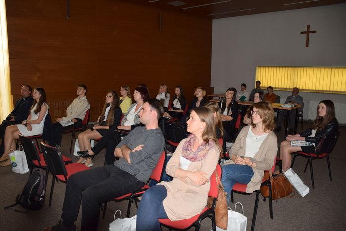 laureaci konkursu podczas oglądania zwycięskiego reportażu